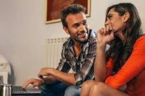 Giovane coppia, lavoro da casa — Foto stock