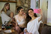 Ragazze che ridono scattando selfie — Foto stock