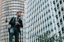 Homme d'affaires dans un quartier financier — Photo de stock