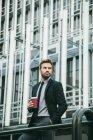 Красивий бізнесмен, пити каву — стокове фото