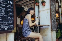Charmantes Model mit Glas Wein — Stockfoto