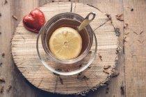 Chá com limão e chocolate coração vermelho — Fotografia de Stock