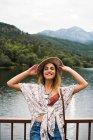 Femme joyeuse qui posent en été — Photo de stock