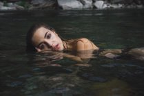 Linda garota posando em água — Fotografia de Stock