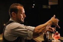Barman prépare un Cocktail aux fraises — Photo de stock
