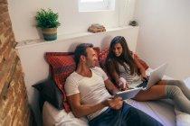 Paar im Bett mit einem laptop — Stockfoto