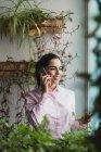 Portrait de femme d'affaires ayant une conversation téléphonique près de la fenêtre dans le bureau . — Photo de stock