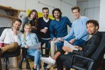 Porträt von Büro-Team-Mitglieder Blick in die Kamera — Stockfoto