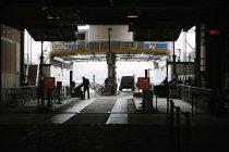 Робітники в районі навантаження — стокове фото