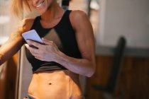 Femme utilisant un téléphone portable — Photo de stock