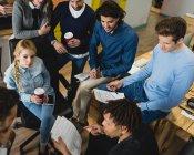 Vue en grand angle des gens d'affaires multiethniques qui travaillent tout en rencontrant — Photo de stock