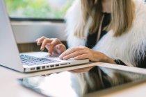 Cortar as mãos femininas usando touch pad de laptop na mesa com guia digital — Fotografia de Stock