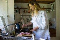 Жінка приготування м'яса — стокове фото