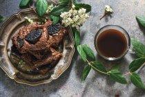Barras de brownie na placa e cofee copo de metal — Fotografia de Stock
