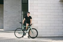 Молода людина з велосипеда — стокове фото
