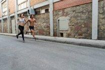 Чоловік і жінка працює на вулиці — стокове фото