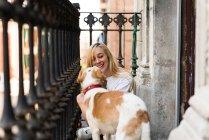 Donna con il cane sul balcone — Foto stock