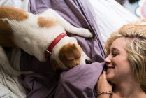 Женщина играет с собакой — стоковое фото