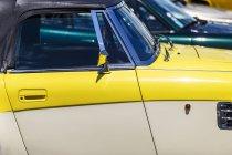 Abgeschnittenes Bild eines gelben Retro-Autos an einem sonnigen Tag — Stockfoto