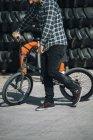Uomo che cammina con la bici di Bmx — Foto stock