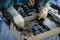 Mãos escolhendo ferramentas médicas — Fotografia de Stock