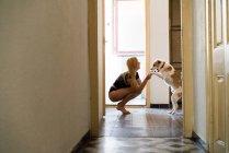 Женщина играет со своей собакой — стоковое фото