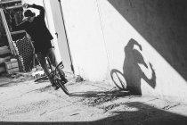 BMX piloto de pé perto da parede — Fotografia de Stock