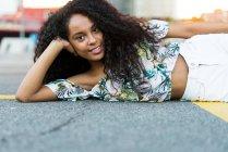 Женщина лежит на дороге — стоковое фото