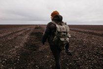 Randonneur marchant dans le désert — Photo de stock