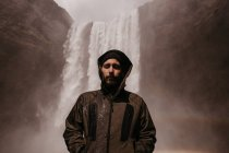 Jovem de casaco na cachoeira — Fotografia de Stock