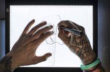 Manos de dibujo maestro boceto para tatuaje - foto de stock