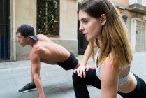 Paar Stretching auf Straße — Stockfoto