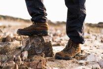Crop shot de mâle en bottes — Photo de stock