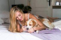 Femme jouant avec chien — Photo de stock