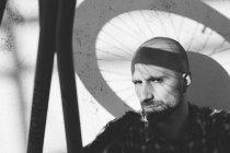 Людина з велосипеда колесо тінь на обличчі — стокове фото