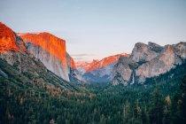 Paisagem com linha de luz do sol nas montanhas — Fotografia de Stock