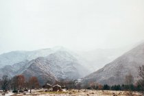 Деревня Зима в горах — стоковое фото