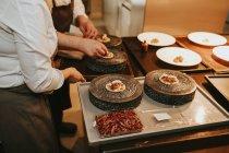 Köche, die Torten dekorieren — Stockfoto