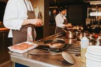 Profi-Köche arbeiten — Stockfoto