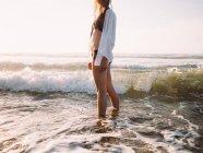 Девушки, ходить на пляж — стоковое фото