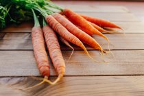 Гора моркови на деревянном столе — стоковое фото