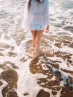 Mujer en espuma del mar - foto de stock