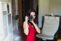 Женщина позирует с фотокамерой — стоковое фото