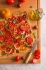 Tarta de tomate con cebolla y albahaca - foto de stock