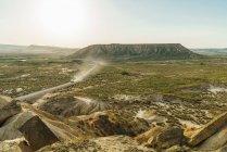 Voiture sur une route rurale dans les collines — Photo de stock