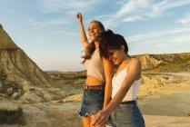 Heureux femmes marchant sur la colline — Photo de stock