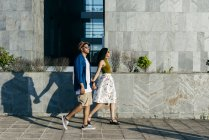 Pareja caminando en la ciudad - foto de stock