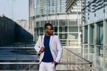 Модный чёрный мужчина в костюме — стоковое фото
