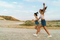 Mulheres felizes andando na colina — Fotografia de Stock