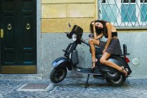 Femme élégante sur scooter — Photo de stock